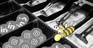 Über Social Media verkaufen, Schublade mit Geld und Social Media Kanälen als Kleingeld, Biene im Vordergrund