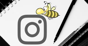 Instagram für Unternehmen, Instagram Zeichen ist neben Stift auf ein Blatt Papier gezeichnet, Biene im Vordergrund