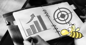 Social Media KPIs, Diagramme auf Block, Biene im Vordergrund