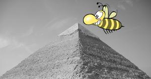 Eine Pyramide ist zu sehen, sie stelle die Content Marketing Pyramide dar, im Vordergrund schwebt eine Biene an der Spitze
