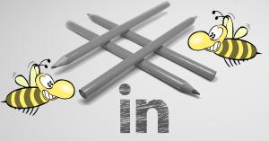 Bleistifte formen eine Raute, Bienen im Vordergrund